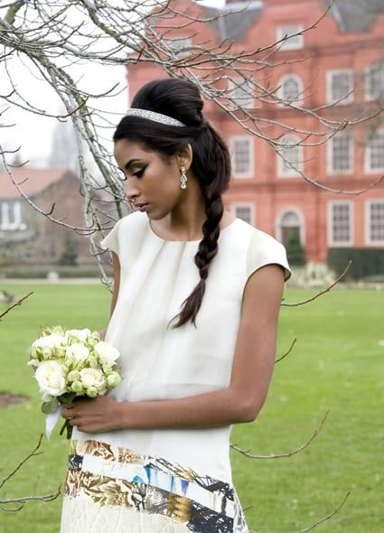 Penteado de noiva: trança lateral com trança lateral, coroa e topo alto