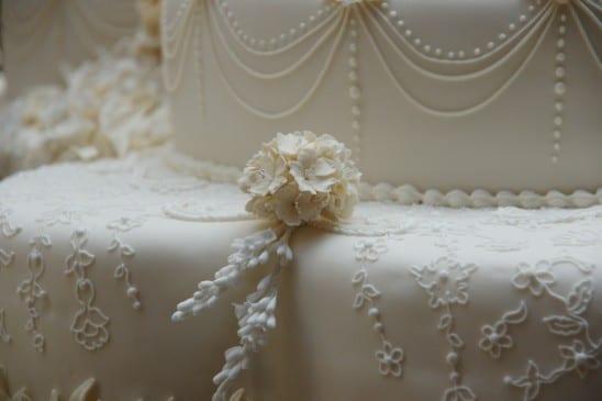 Bolo branco do casamento real: detalhe das flores de biscuit nas laterais