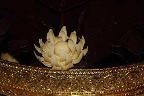 Bolo de chocolate com biscoitos McVities do casamento real: detalhe flor chocolate branco
