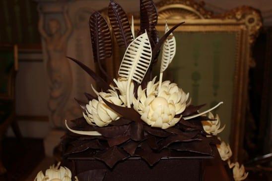 Bolo de chocolate com biscoitos McVities do casamento real: detalhe folhas de chocolate