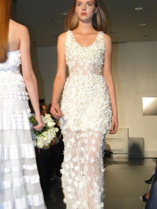 Vestido de noiva com rendas e transparência, de Glória Coelho