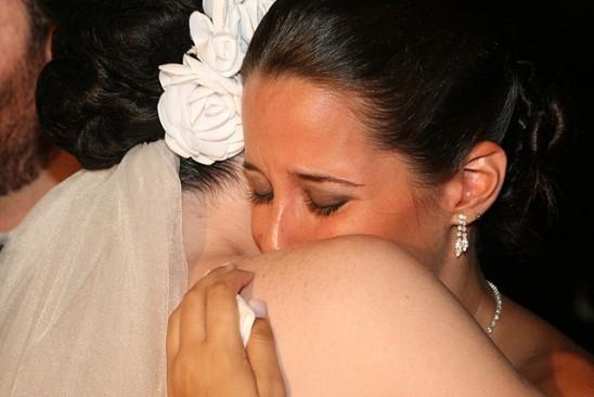Madrinha de casamento chorando