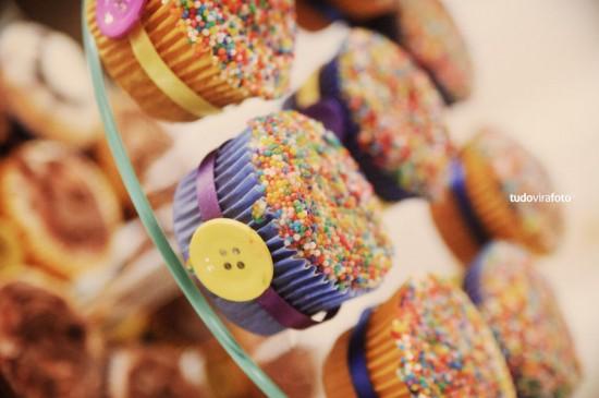 Decoração de casamento em amarelo e roxo: cupcakes