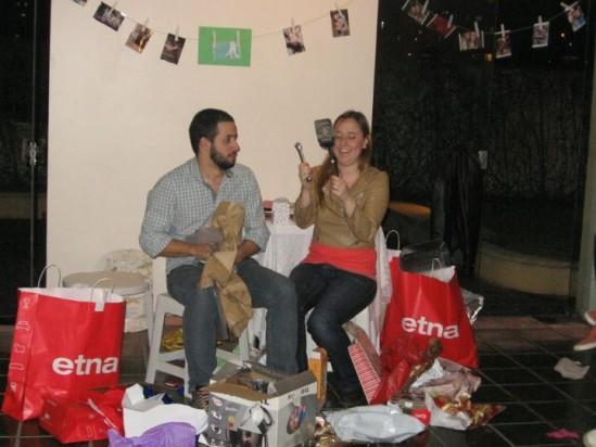 Brincadeiras com noivos em chá bar de casamento