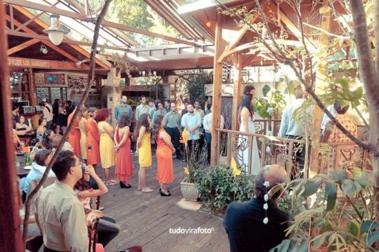 Casamento em tons de laranja e amarelo ao ar livre. Foto: Tudo Vira Foto.