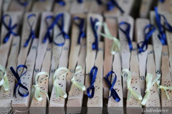 Lembrancinha de casamento no verão ao ar livre: leque de madeira. Foto: Edu Federice.