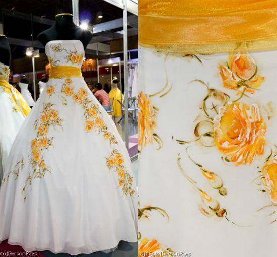 Vestido de noiva pintado à mão de Pedrinho Fernandes. Foto: Alfa Foto.