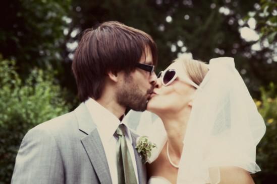 Casamento: noiva usando óculos escuros de coração. Foto: Emilly Quinton.