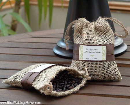 Lembrancinha de casamento: saco com café em grãos.