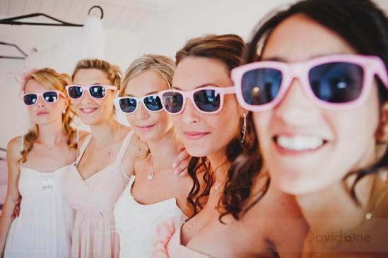 Noiva e madrinhas usando óculos escuros em casamento. Foto: David One.