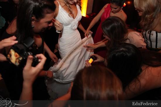 Simpatia: nome das amigas na barra do vestido de noiva. Foto: EduFederice,