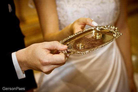 Mini bandeja de prata como porta aliança. Foto: Alfa Foto.
