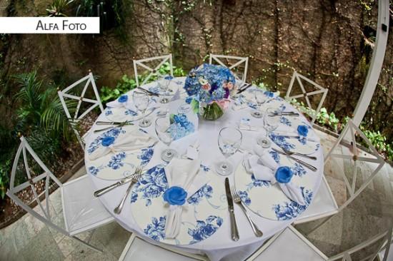 Casamento com decoração floral azul e branca.