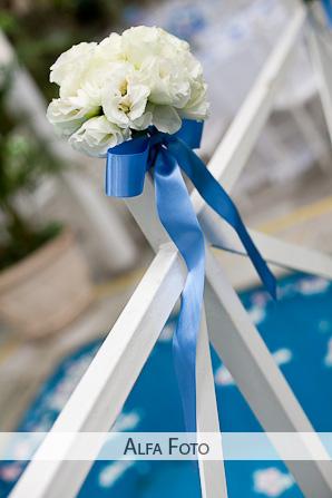Decoração casamento ar livre flores fita azul cadeiras brancas. Foto: Alfa Foto.