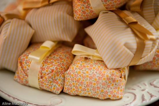 Bem-casado com embalagem de tecido florido (estampa Liberty). Foto: Aline Machado.