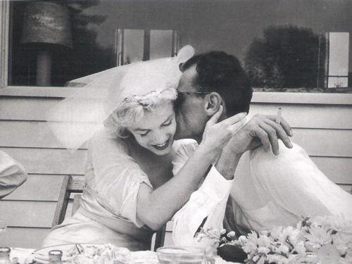 Casamento de Marilyn Monroe com Arthur Miller, dando beijo romântico.