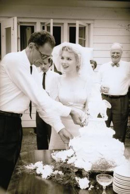 Casamento de Marilyn Monroe com Arthur Miller, cortando o bolo.