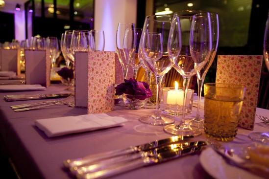 Mesa de casamento com menu com estampa liberty.
