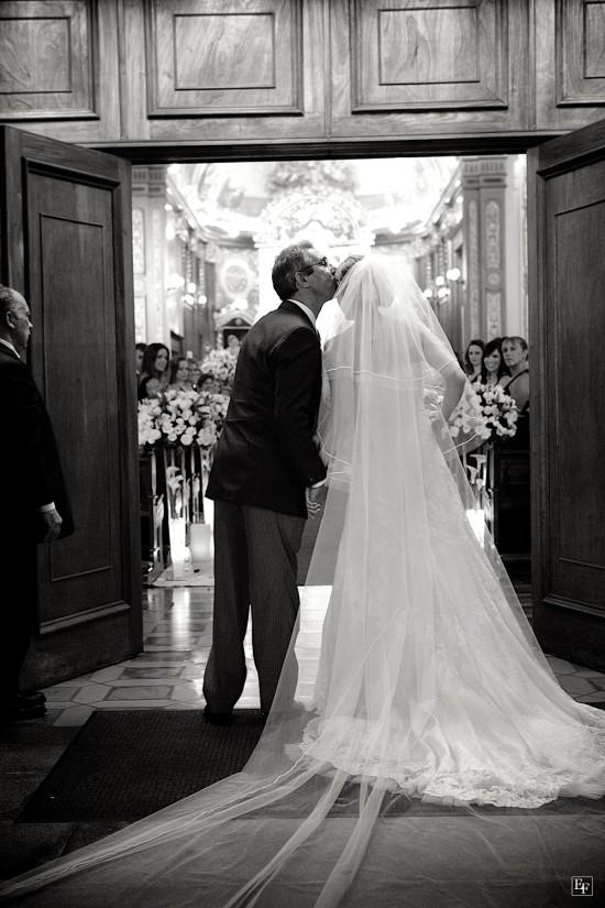 Casamento: noiva e pai da noiva na entrada da igreja. Foto: Edu Federice.