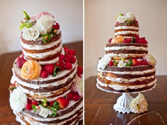 Bolo rústico de casamento de chocolate decorado com frutas vermelhas e flores. Foto: SMS Photography.