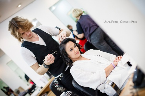 Penteado da noiva sendo feita no Dia da Noiva. Foto: Alfa Foto.