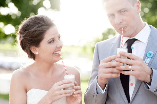 Noivos tomando mini milkshakes no casamento. Foto: Julie Lim.