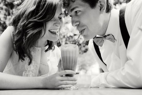 Noivos tomando milkshake em casamento. Foto: Kelie Kano.