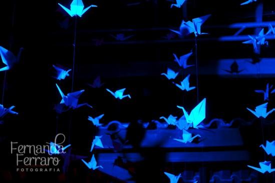 Tsuru azul na decoração do casamento: para dar sorte. Foto: Fernanda Ferraro.