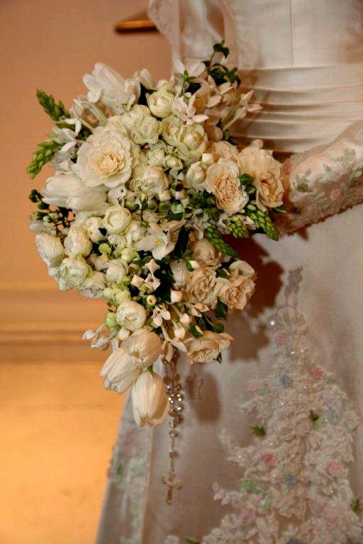 Casamento: Buquê de noiva de Lala Rudge, em estilo cascata.