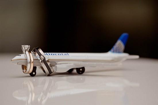 Alianças de casamento em miniatura de avião. Foto: ENV Photography.