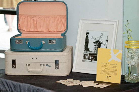 Decoração vintage com malas de viagem em casamento temárico de aviação. Foto: ENV Photography.