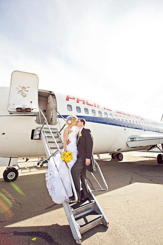 Casamento em avião, com noivos na escada. Foto: ENV Photography.