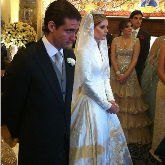Casamento Lala Rudge: noiva e noivo no altar.