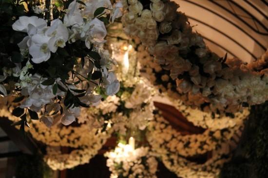 Lustre de flores brancas na decoração de festa de casamento da Casa Fasano para casamento de Lala Rudge.