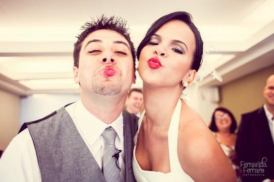 Noiva com batom vermelho e noivo com boca suja depois de beijo. Foto: Fernanda Machado.