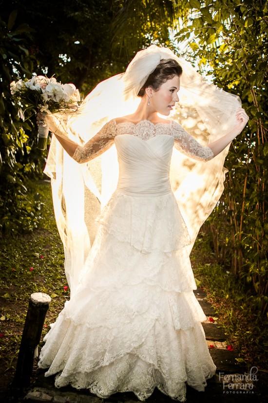 Vestido de noiva com mangas compridas de renda. Foto: Fernanda Ferraro.