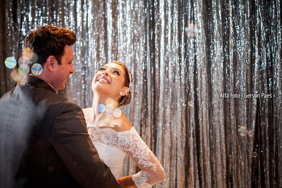 Vestido de noiva com mangas compridas rendadas. Foto: Alfa Foto.