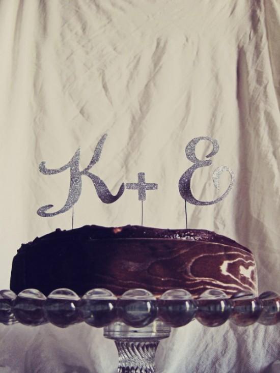 Topo de bolo com iniciais dos noivos com glitter prata
