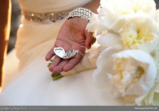 Casamento: foto de ente falecido no relicário do buquê da noiva. Gregory Byerline.