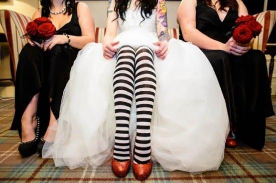 Casamento alternativo: noiva usa meia-calça listrada preto e branco. Foto: tux and Tales Photography.