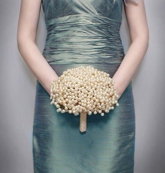 Casamento: buquê de dama de honra adulta de pérolas. BridalBouquetsbyKy.