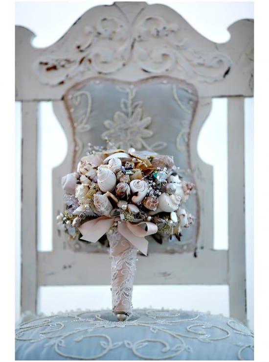 Buquê de noiva com conchas em casamento na praia. Foto: Marie Labbancz.