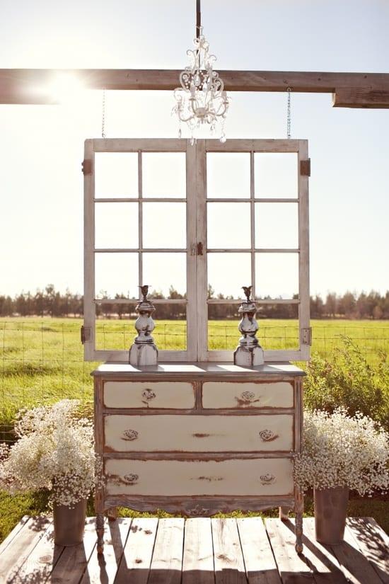 Casamento ao ar livre: altar feito de móveis provençais antigos, moldura de janela. Foto: Amanda K.