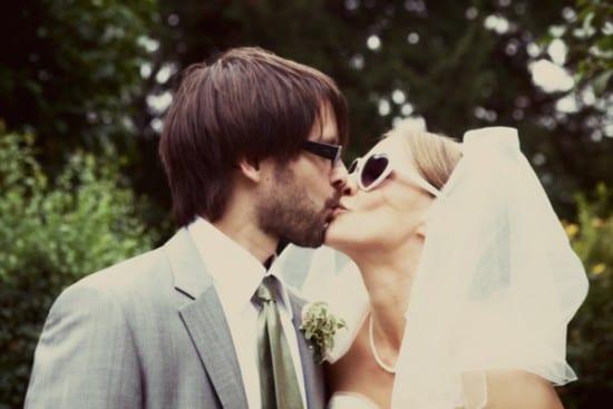 Noivos de óculos de sol em casamento. Foto: Emilly Quinton.