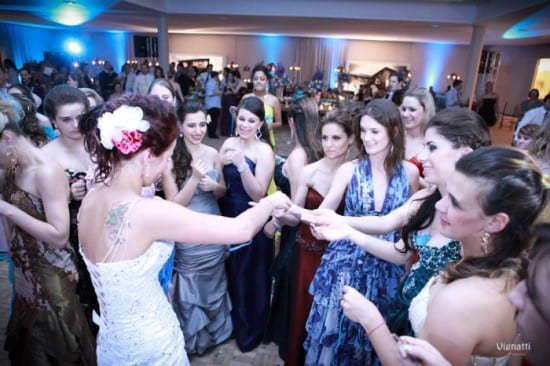 Noiva distribui para amigas solteiras as chaves do cofre do buquê em festa de casamento. Foto: Vignatti Fotografias.