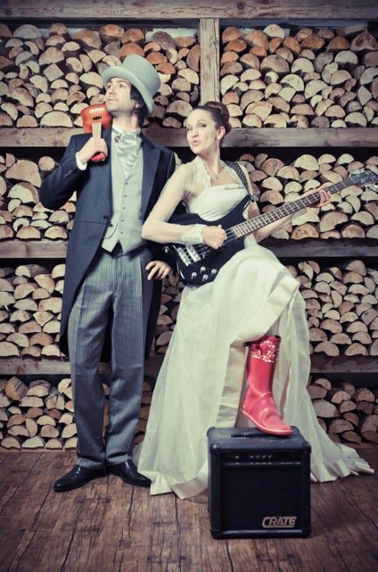 Noiva e noivo com violão e guitarra. Foto: Frank Daniels Fotografie.