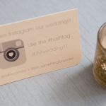 Placa de mesa com hashtag de Instagram do casamento. Foto: Something Turquoise.
