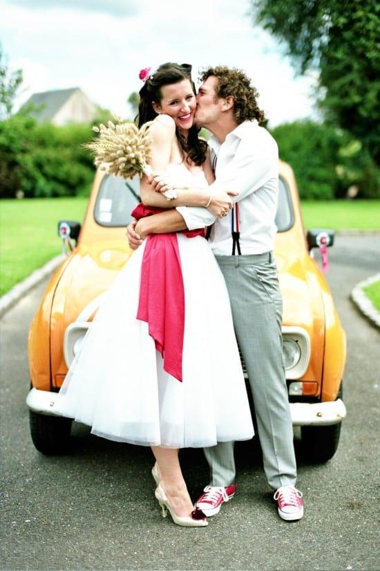 Vestido de noiva vintage, anos 50 e 60, com faixa vermelha na cintura e comprimento midi (na canela). Foto: Ashton Jean Pierre.
