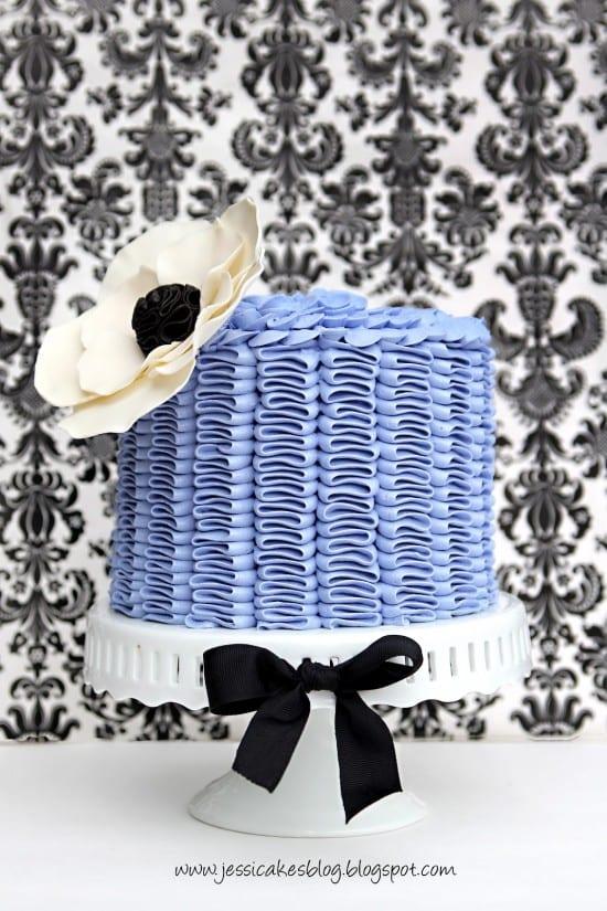Bolo de casamento com frufrus e babados (ruffled cake) de Jessica Cakes.