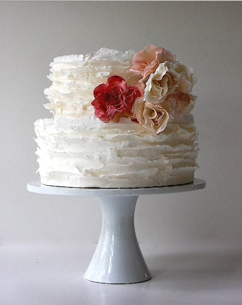 Bolo de casamento com frufrus e babados (ruffled cake) de Maggie Austin Cake.